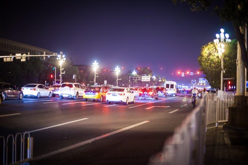汽车等待,直到红绿灯的绿灯进展 夜间北京,中国, 2013年 图库摄影