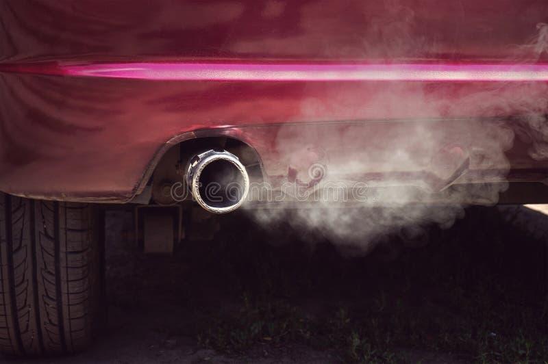 从汽车管子尾气的烟 免版税库存照片