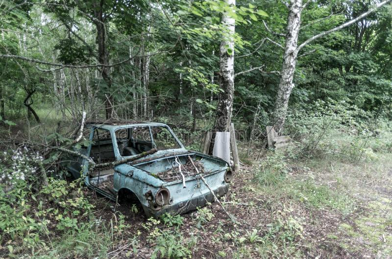 汽车老苏维埃 残破的汽车在森林 免版税库存照片