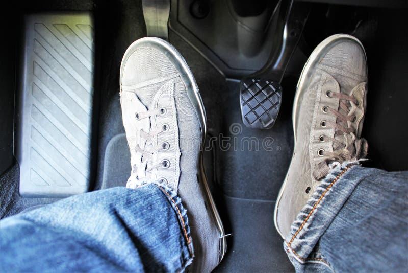 汽车脚蹬的概念图象与牛仔裤和foodware的 免版税库存照片