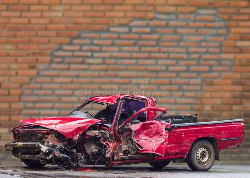汽车被拆毁的砖墙 免版税图库摄影