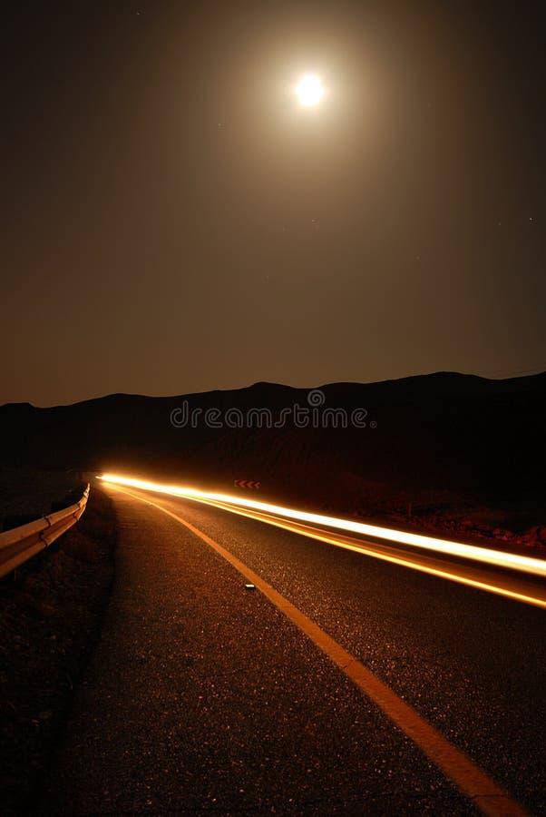 汽车被月光照亮路线索 免版税库存照片