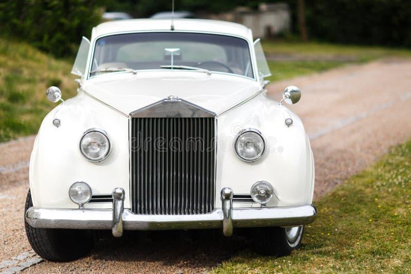 汽车装饰了花葡萄酒婚礼 衣物夫妇日愉快的葡萄酒婚礼 库存图片