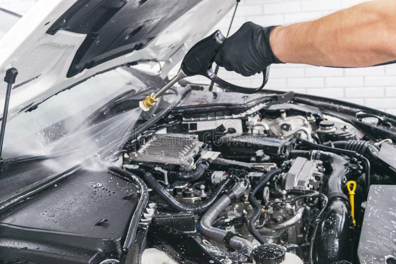 汽车详述 手工洗涤引擎用被加压的水 有水喷管的洗涤的发动机 汽车washman工作者清洁automo 库存照片