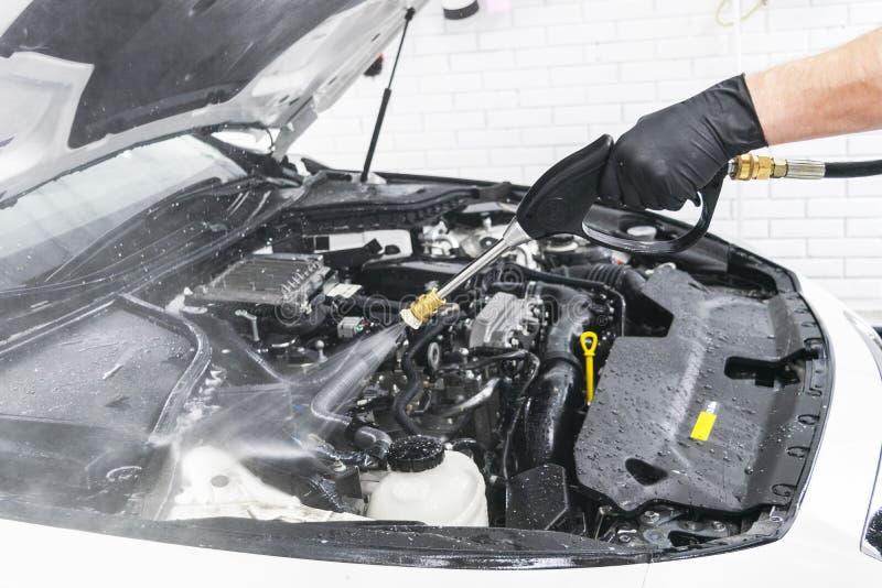 汽车详述 手工洗车引擎用压力水 有水喷管的洗涤的发动机 汽车washman工作者清洗vehic 库存照片