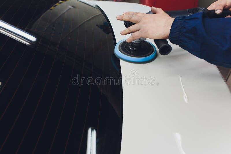 汽车详述-有轨道磨光器的手在汽车修理店 r 免版税库存图片