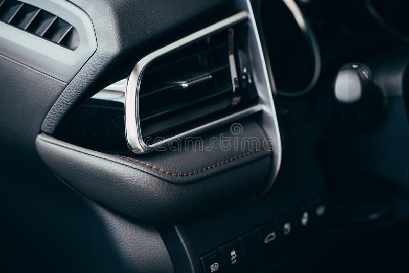 汽车调节剂 在汽车里面的气流 细节内部 空气管道,在汽车盘区的偏转器 图库摄影