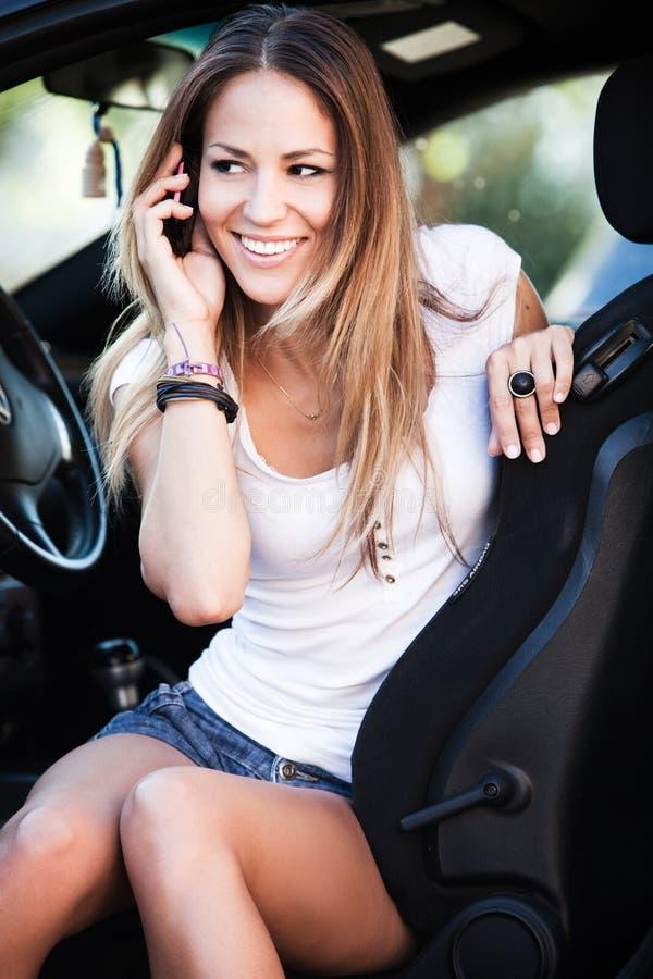 汽车谈话的妇女在移动电话 库存图片