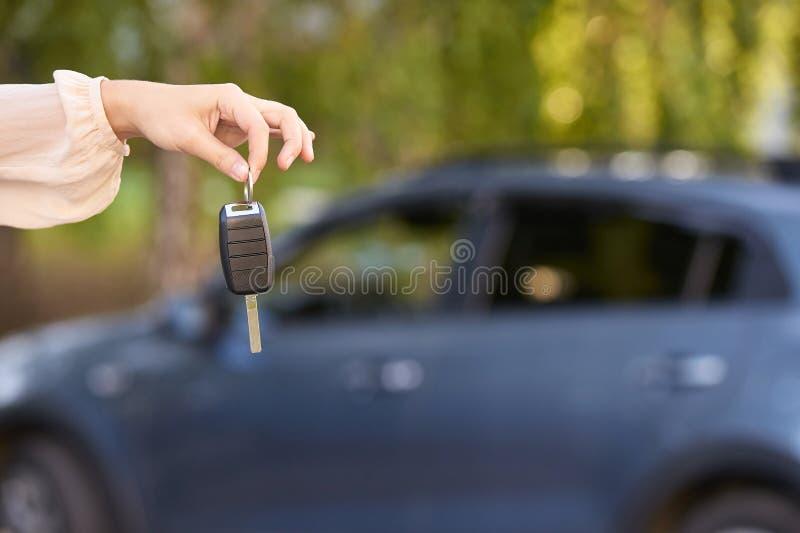 汽车购买钥匙 新的租汽车所有者 图库摄影