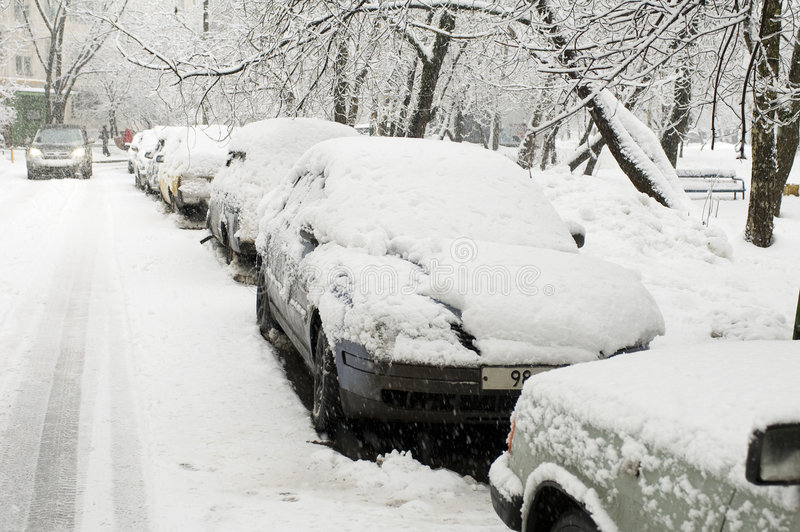 汽车路降雪 库存图片