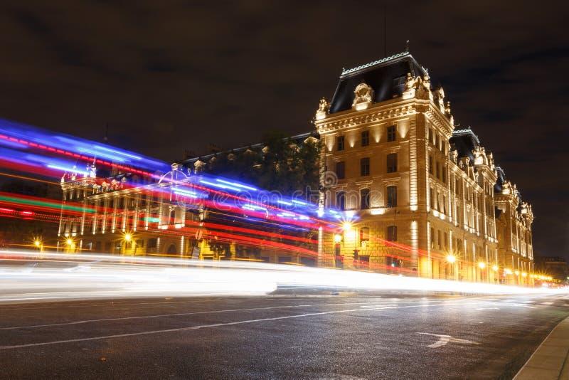 汽车轨道反对巴黎警察专区的 库存图片