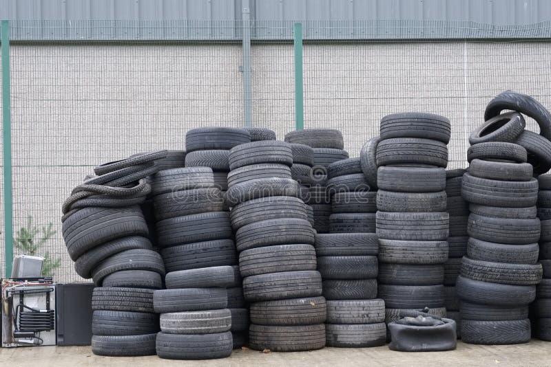 汽车轮胎堆积了回收化合物环境老半新橡胶黑色 库存照片