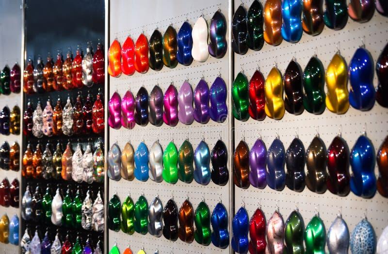 汽车金属油漆样品,与发光的颜色的例子的立场 免版税库存照片