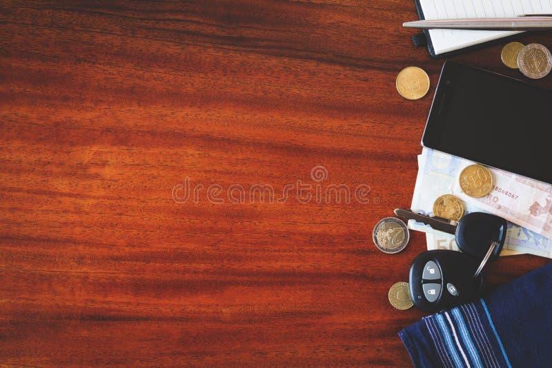 汽车钥匙、电话和金钱 免版税库存图片