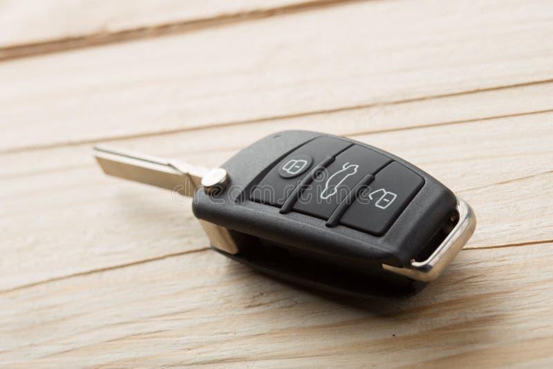 汽车钥匙和安全遥远在桌上,租的概念或买一辆新的汽车 库存图片