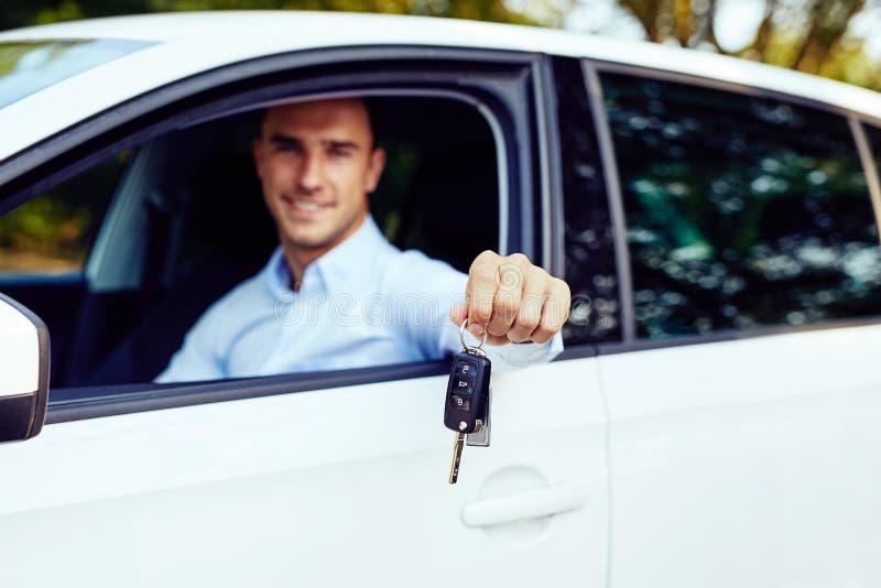 汽车钥匙在一个年轻人的手上 库存图片