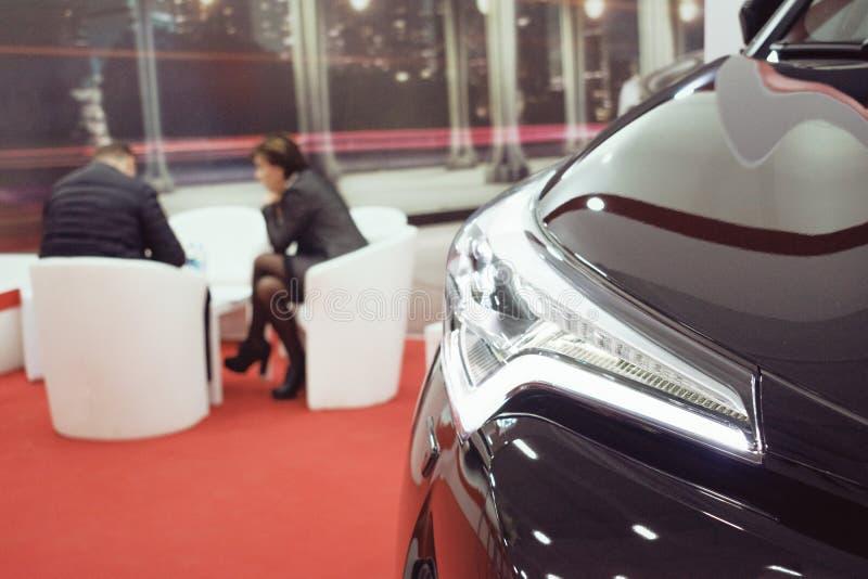 汽车销售,市场,卖汽车的推销员在售车行 免版税库存照片