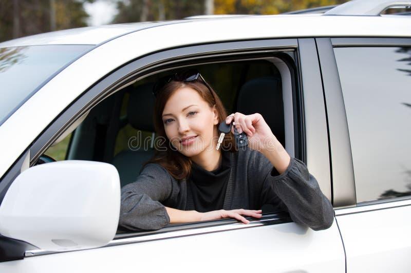 汽车锁上成功的妇女 库存图片