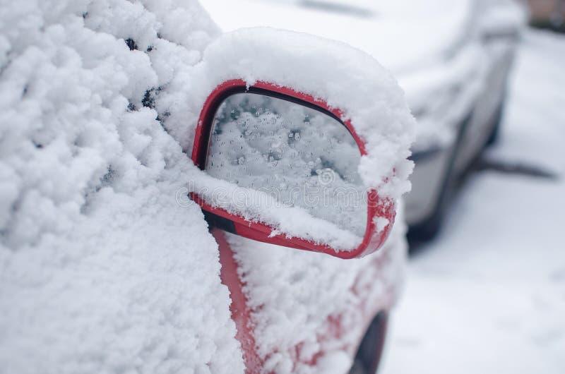 汽车镜子充满雪在冬天 免版税库存图片
