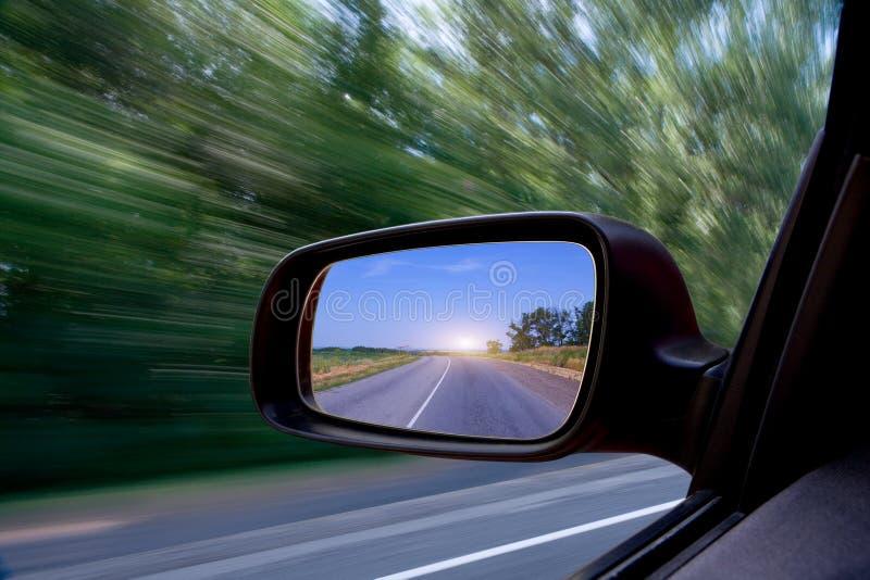 汽车镜子路侧视图 免版税库存照片