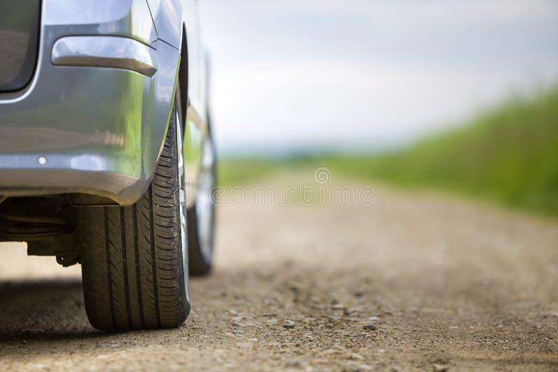 汽车零件、轮子有铝圆盘的和黑橡胶轮胎保护者特写镜头细节在轻的户外背景 旅行和 库存图片