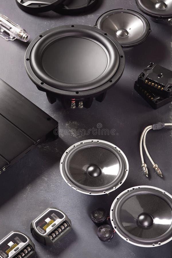 汽车音频、汽车报告人、超低音扬声器和辅助部件调整的 库存图片