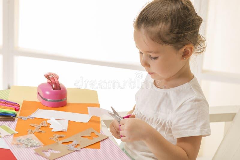 汽车颜色制作做纸铅笔红色剪刀射击的温室孩子轻的宏指令 免版税库存图片