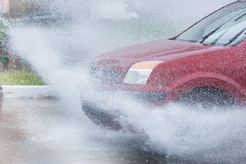 Download 汽车飞溅水的雨水坑 库存照片. 图片 包括有 雷暴, 驱动器, 冒险家, 速度, 移动, 反映, 城市, 大量 - 72358896