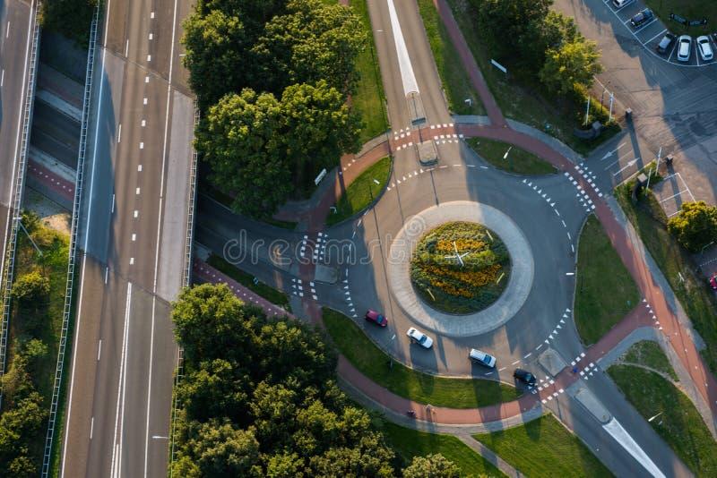 汽车鸟瞰图在环形交通枢纽和相交的路的 免版税库存图片