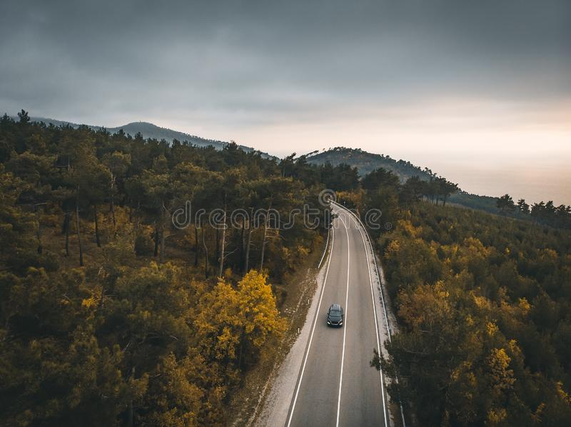汽车鸟瞰图在秋天山柏油路的,旅行在运输概念的,寄生虫欧洲射击与拷贝空间 免版税图库摄影