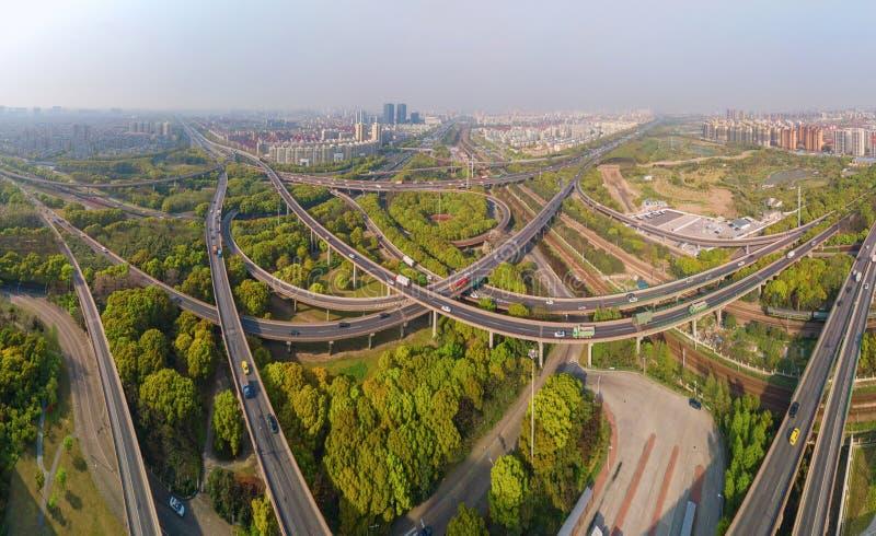 汽车鸟瞰图在高速公路连接点的 桥梁路或街道在建筑学和运输概念结构  ?? 免版税库存图片