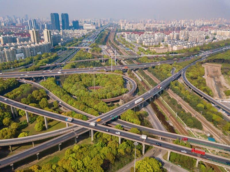 汽车鸟瞰图在高速公路连接点的 桥梁路或街道在建筑学和运输概念结构  ?? 免版税图库摄影