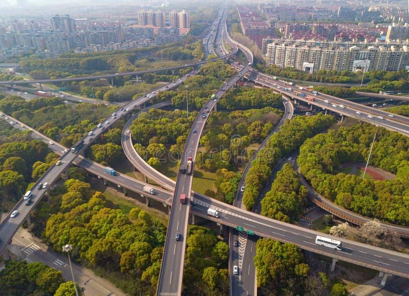 汽车鸟瞰图在高速公路连接点的 桥梁路或街道在建筑学和运输概念结构  ?? 库存图片