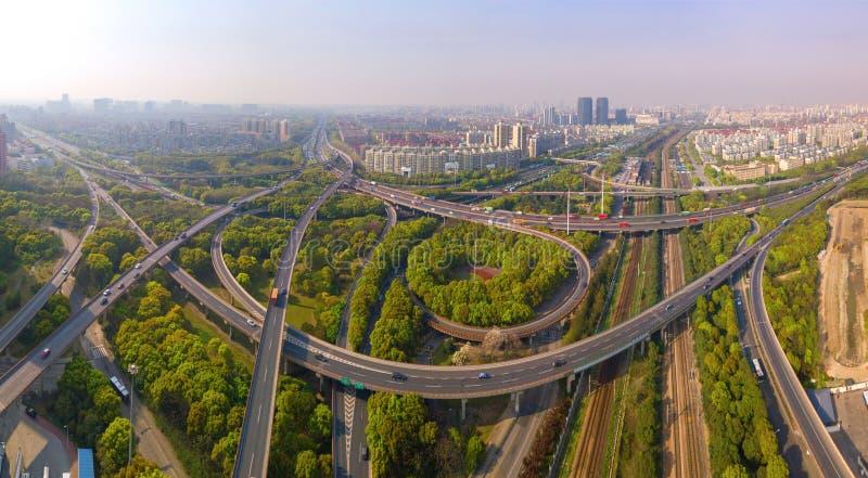 汽车鸟瞰图在高速公路连接点的 桥梁路或街道在建筑学和运输概念结构  ?? 图库摄影