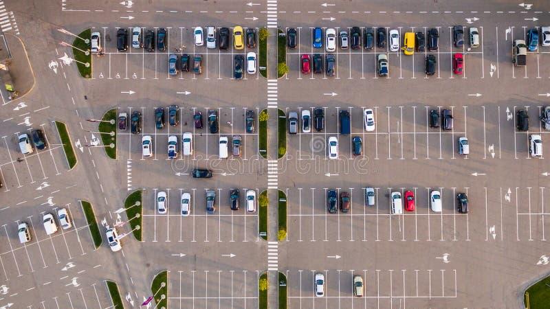 汽车从上面被观看的停车场,鸟瞰图 免版税库存照片