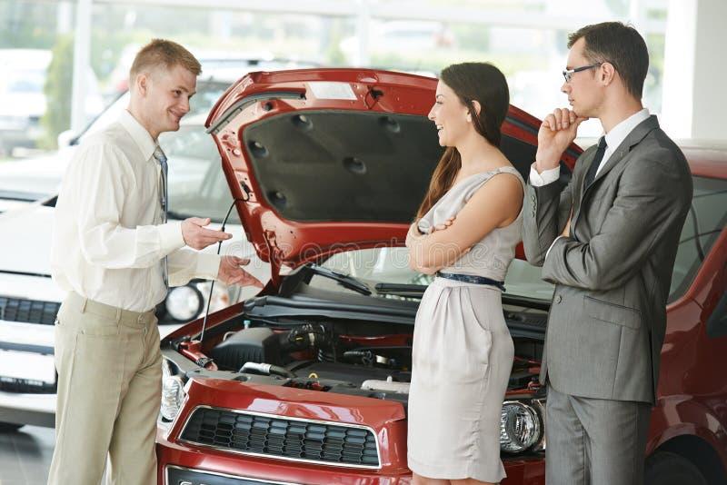 汽车购物 买自动汽车的家庭 免版税库存照片