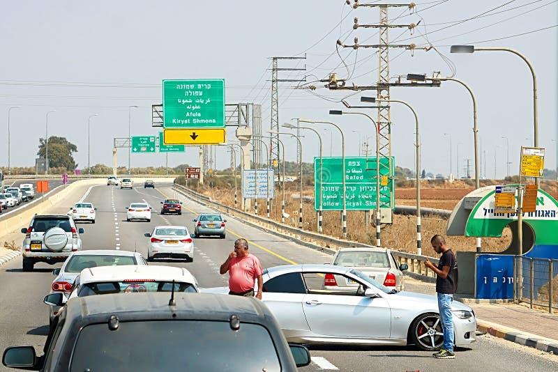 汽车accidenton路向谢莫纳城,以色列 库存照片