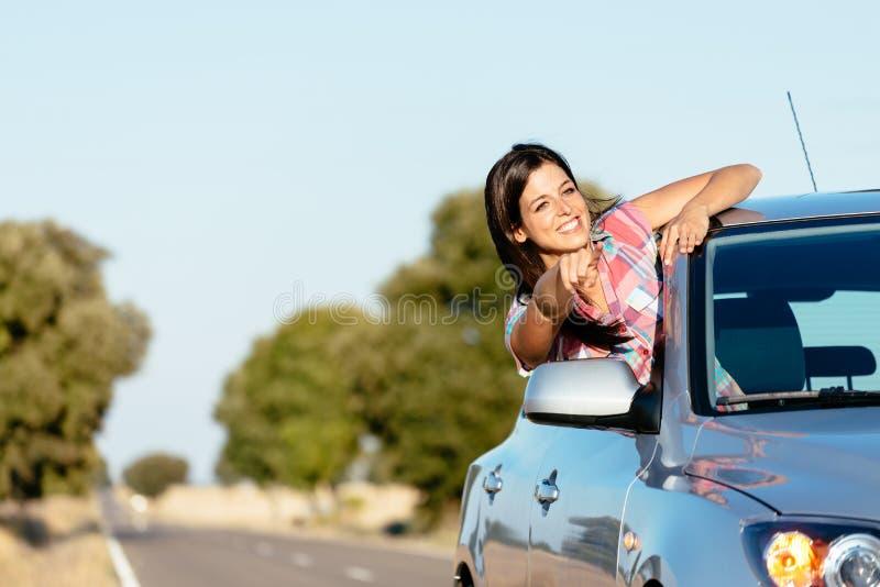 汽车roadtrip的妇女享受自由的 免版税图库摄影