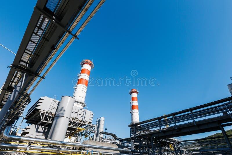 汽轮机天然气的能源厂与红白的颜色烟囱反对一天空蔚蓝的在一好日子 库存图片