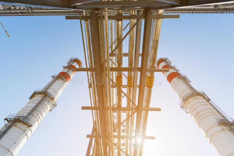 汽轮机天然气的能源厂与红白的颜色烟囱反对一天空蔚蓝的在一好日子 免版税库存图片