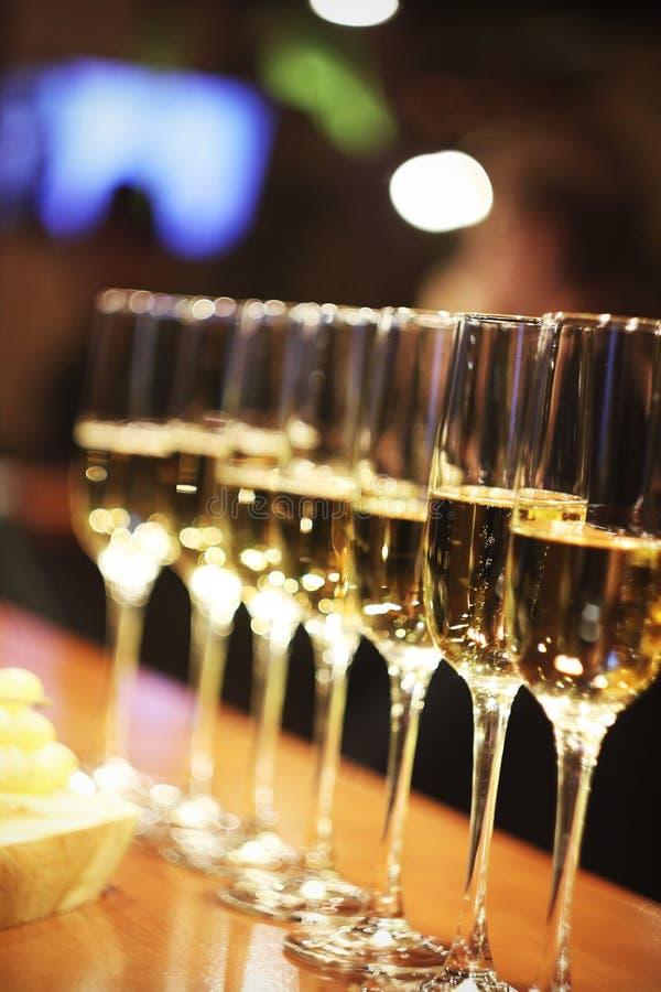 汽酒玻璃在行的香槟立场 免版税库存照片