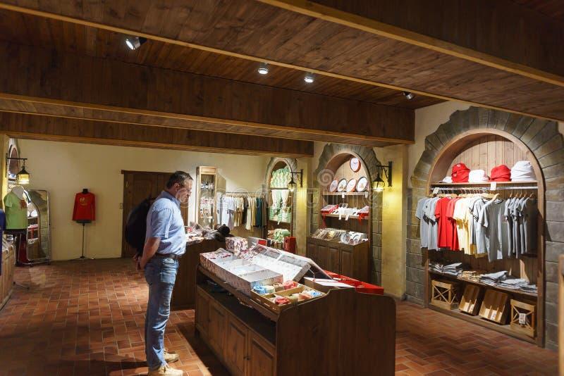 汽酒Abrau杜尔索植物` s洞穴的公司存储的游人选择与植物的标志的纪念品 免版税库存图片