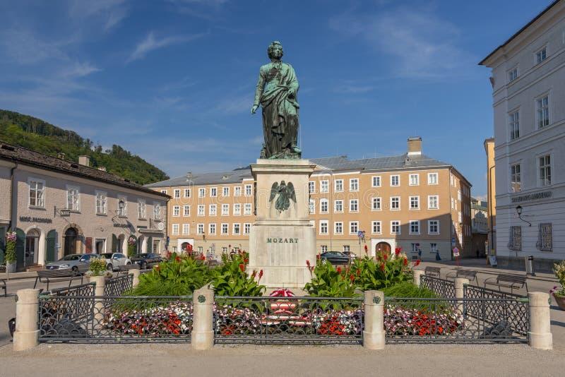沃尔夫冈・阿马多伊斯・莫扎特在Mozartplatz广场的纪念碑雕象在萨尔茨堡,奥地利 免版税库存照片