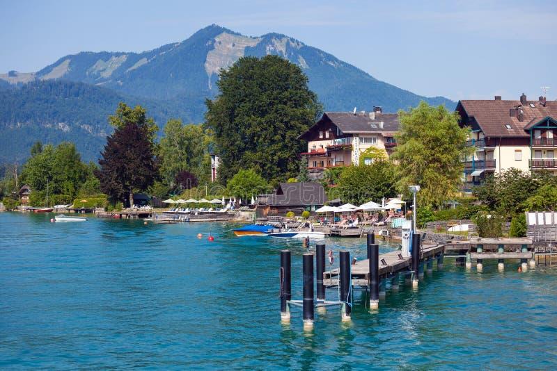 沃尔夫冈的典型的宾馆看见湖在shipbus旁边支持 库存图片