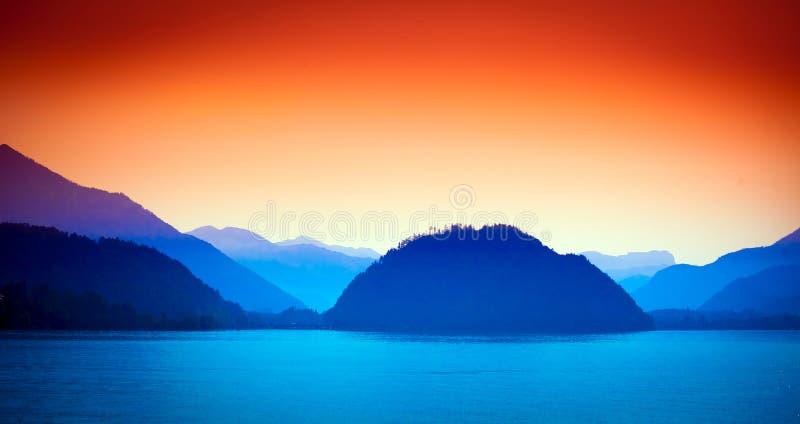 沃尔夫冈看与阿尔卑斯山的湖视图在背景 免版税库存图片