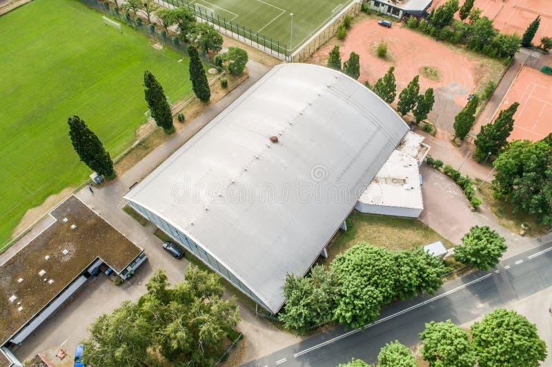 沃尔夫斯堡,下萨克森州,德国,6月15日 2018年:网球场、网球大厅和一条乡下公路鸟瞰图在a边缘 免版税库存照片