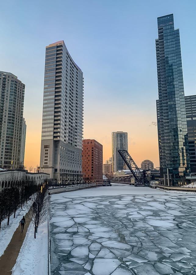 沃尔夫波因特的芝加哥河从冬天风暴结冰 免版税库存照片