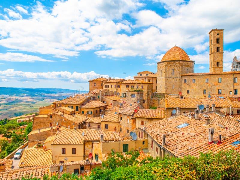 沃尔泰拉-有老房子、塔和教会的,托斯卡纳,意大利中世纪托斯坎镇全景  免版税库存图片