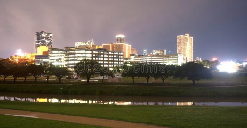 沃思堡得克萨斯街市地平线夜间的特里尼蒂河 库存图片