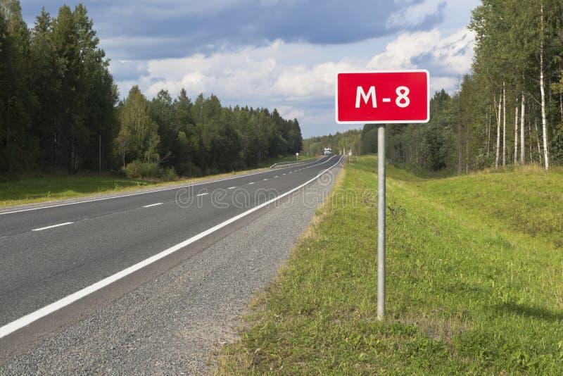 沃洛格达地区M8上带数字的信息道路标志 免版税图库摄影